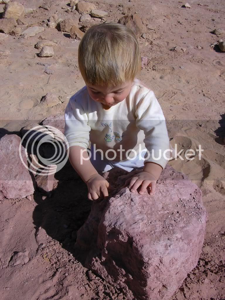 יותם מדגים את ארגז החול האדום במכתש הגדול