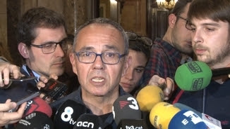 Joan Coscubiela atén els mitjans al Parlament