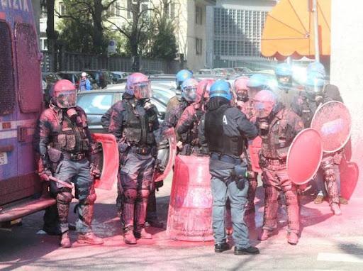 Polizia dopo i tafferugli vicino alla sede della Regione (foto Paolo Salmoirago)