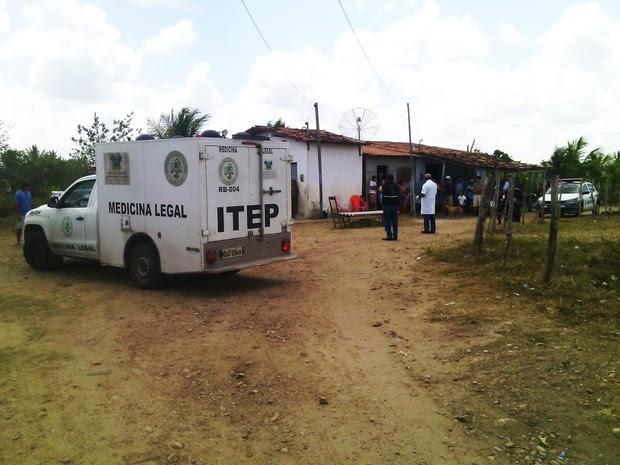 Para resguardar o corpo, família da vítima usou cadeiras e telhas (Foto: Julianne Barreto/Inter TV Cabugi)