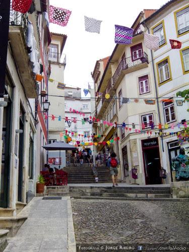 Ruas do Quebra Costas em Coimbra enfeitado com rendas coloridas