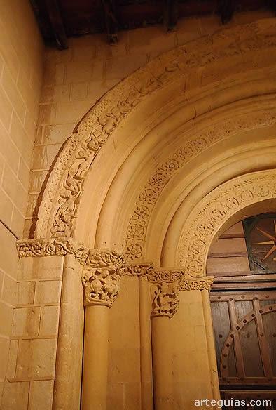 Detalles de la puerta de la iglesia románica de Torreiglesias