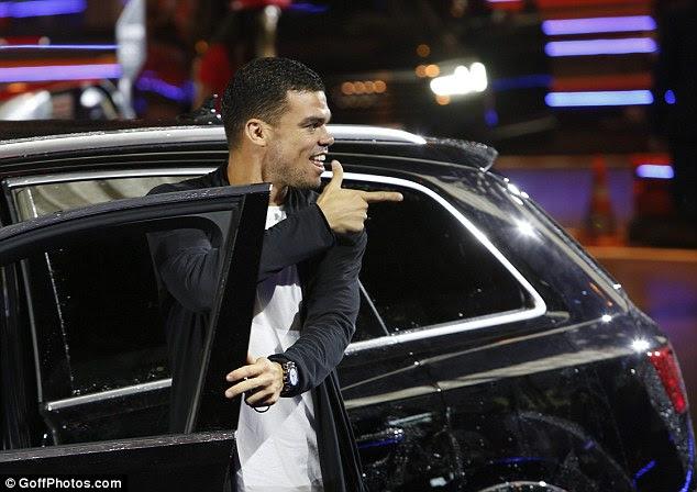 Defensor Pepe se ve particularmente satisfecho con la elección de su vehículo en la noche de promoción