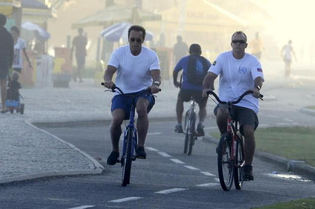 Arnold Schwarzenegger anda de bicicleta pela orla do Rio de Janeiro Gabriel Reis/AgNews