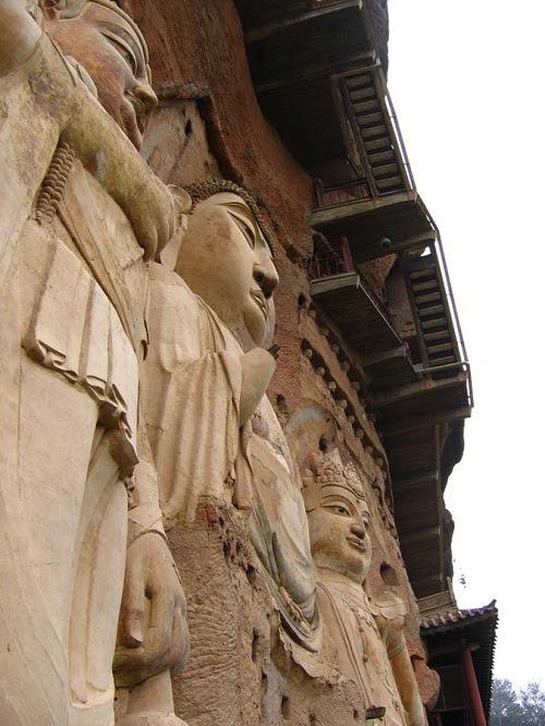 Además de esculturas, aquí fue descubierto más de 2.000 artículos de cerámica, bronce, hierro, jade, libros antiguos, documentos, pinturas y obras de calígrafos.