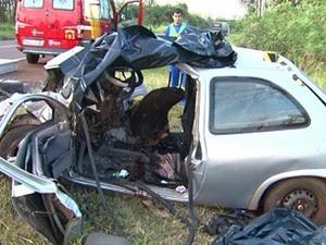Carros ficaram destruídos após colisão frontal (Foto: Reprodução RPC)