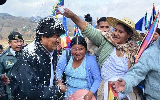 Familias campesinas de Melga beneficiadas con un sistema de riego junto a Evo Morales | Foto: Ministerio de Comunicación de Bolivia