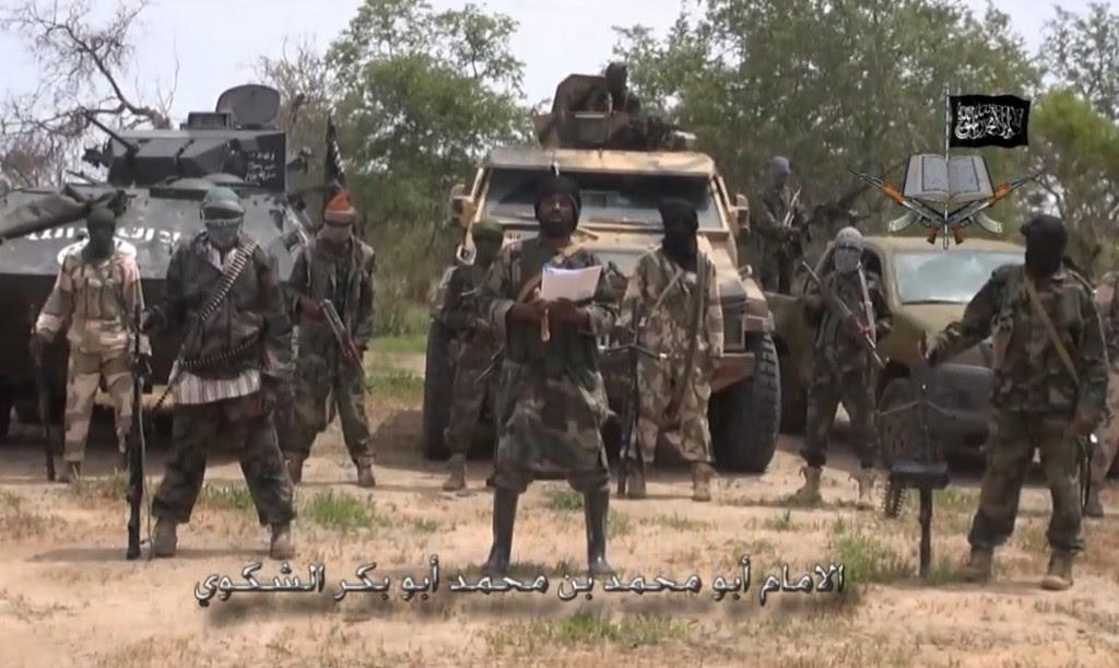 Cena da gravação de um vídeo na qual o grupo terrorista nigeriano Boko Haram assume diversos atentados contra cristãos e promete ainda mais derramamento de sangue em nome do Islâ. No centro da foto, o líder terrorista Abubakar Shekau, também manifestou apoio aos guerrilheiros do Estado Islâmico.