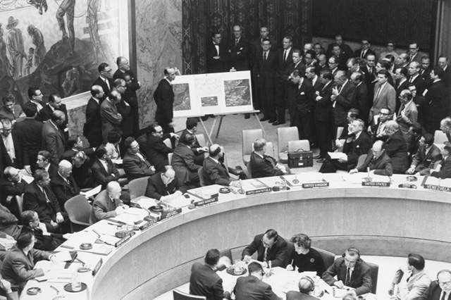 File:Adlai Stevenson shows missiles to UN Security Council with David Parker standing.jpg