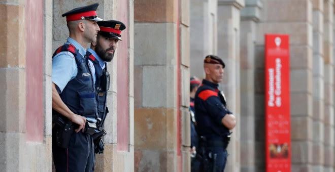 Agentes de los Mossos D'esquadra, haciendo guardia en el exterior del Parlament. REUTERS/Gonzalo Fuentes