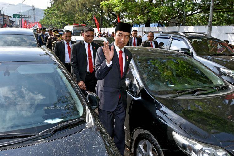Presiden Joko Widodo harus berjalan kaki saat menuju lokasi peringatan hari ulang tahun ke-72 TNI di Dermaga Indah Kiat, Cilegon, Banten, Kamis (5/10/2017). Sekitar 3 kilometer sebelum tiba di lokasi, iring-iringan Jokowi terjebak macet parah.
