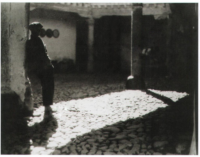 Patio de la Posada de la Sangre en 1934. Fotografía de Antoine Demilly y Théo Blanc