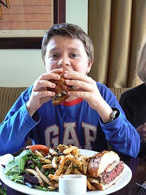 paul qui mange son hamburger.jpg