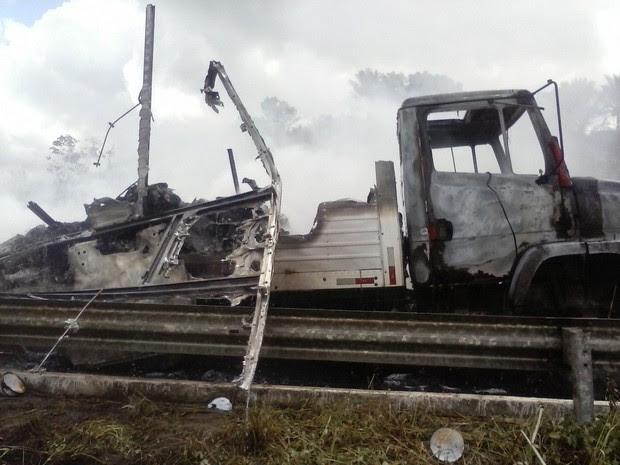 Caminhão destruído após incêndio em Gameleira (Foto: Divulgação/ PRF)