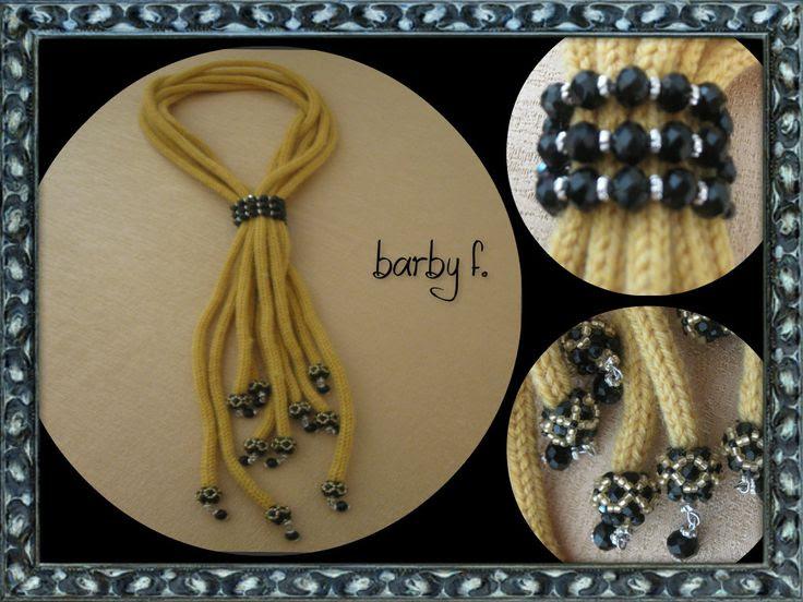 collana sciarpina giallo senape con cappette in mezzi cristalli e rocaille e fermanodo