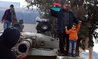 Benghazi tank anti-Gaddafi protests