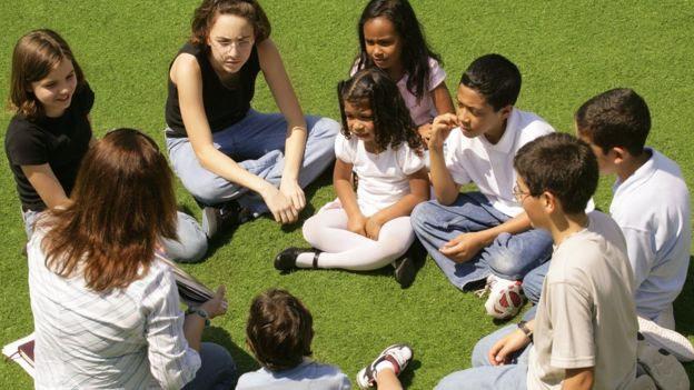 roda de estudantes no parque