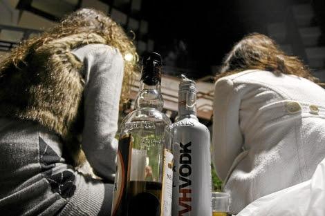 Dos jóvenes se divierten en un botellón.