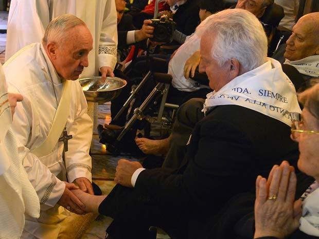 Papa Francisco lava pés de 12 pessoas com deficiêcia nesta Quinta-Feria Santa (17) (Foto: Alberto Pizzoli / AFP)