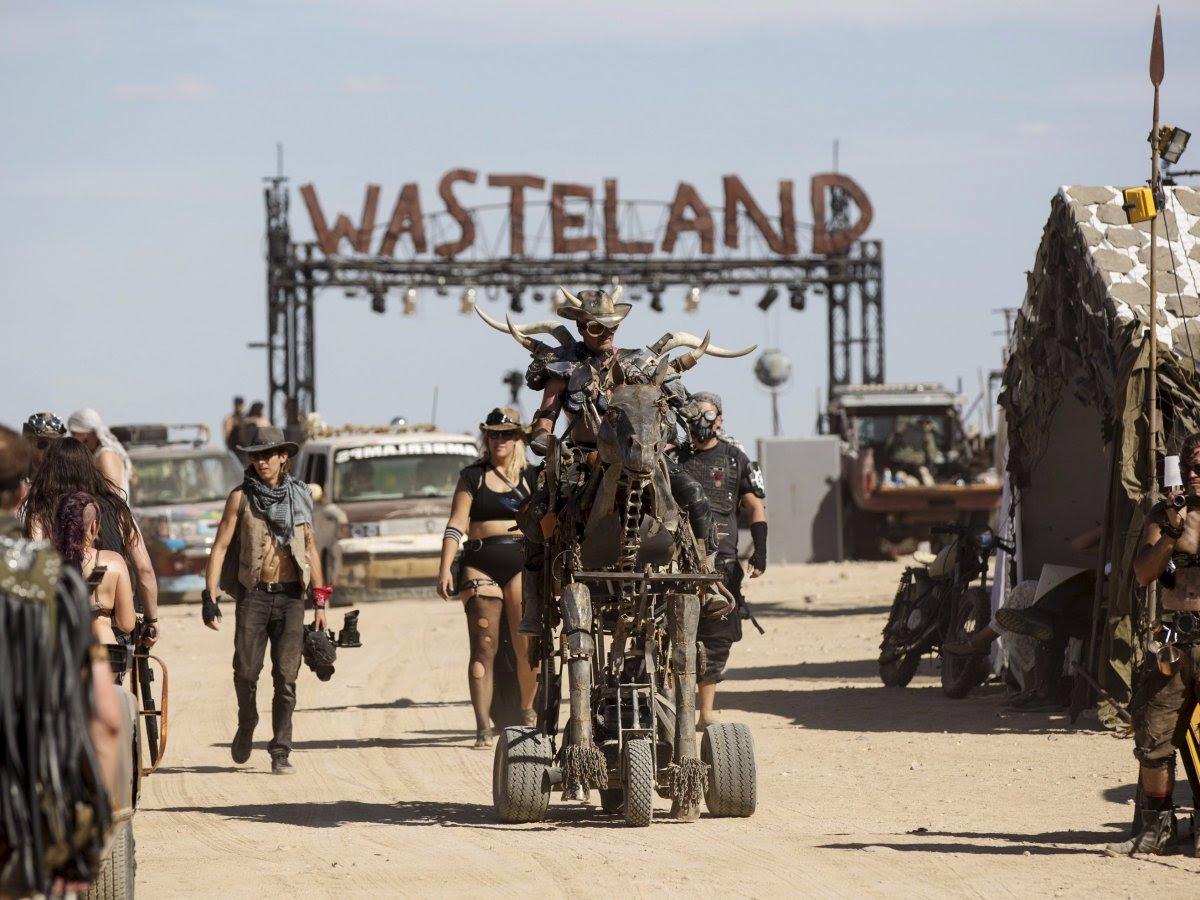 """Fãs de """"Mad Max"""" constroem seu próprio mundo pós-apocalíptico no meio do deserto 02"""