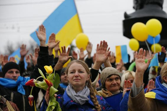 Pro-Ukrainian supporters raise their hands to symbolise a referendum and remember the victims of violence in recent protests in Kiev as they take part in a rally in Simferopol March 9, 2014. REUTERS/Thomas Peter