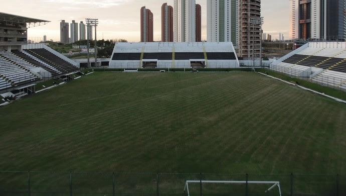 Gramado do Frasqueirão ganha corte transversal e cuidados de profissional enviado pela Fifa (Foto: Klênyo Galvão)