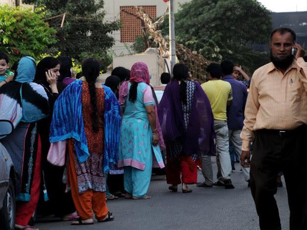 Pessoas correram de seus apartamentos para a rua após sentirem um tremor de terra na região do Baluquistão.  (Foto: AP/Shakil Adil)