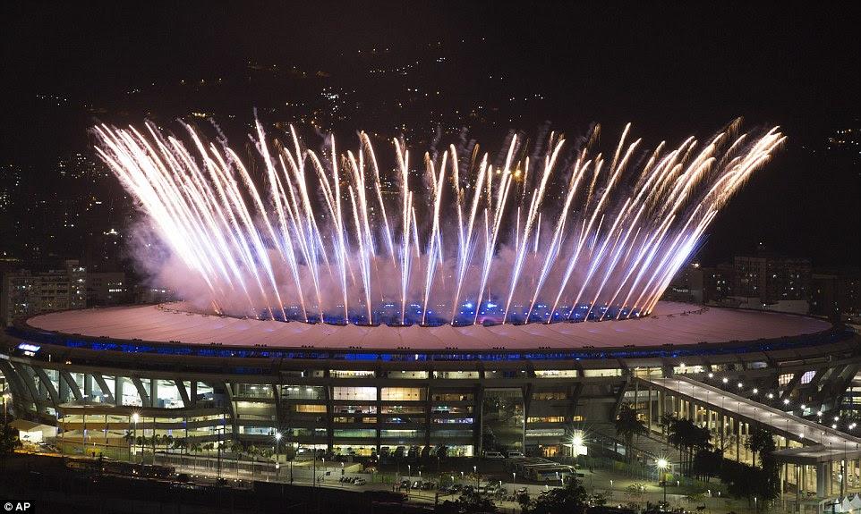 Fogos de artifício explodiu do estádio como a cerimônia de abertura para os Jogos Olímpicos Rio 2016 começou