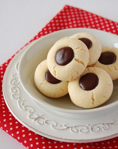Chocolate thumbprints / Biscoitinhos recheados de chocolate