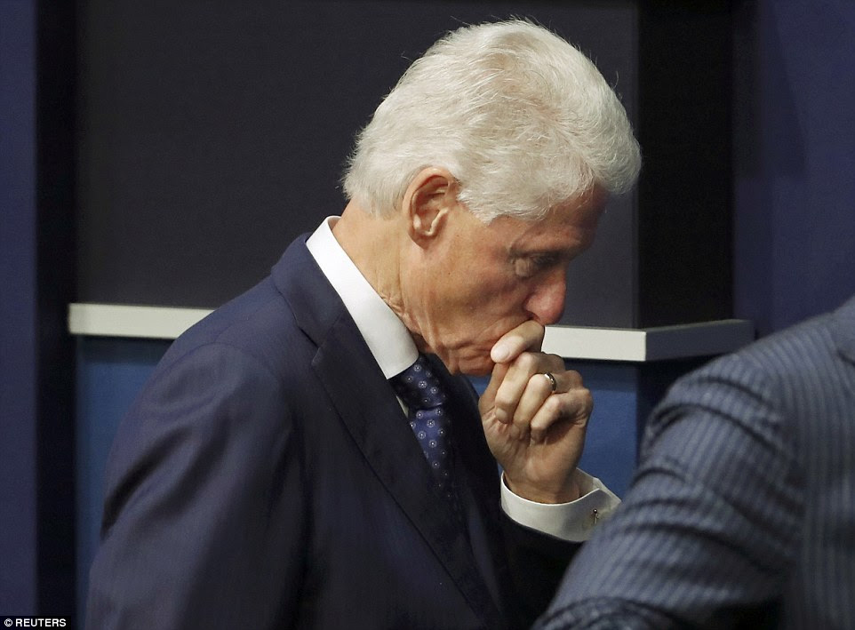 Terminar: Bill Clinton apareceu pensativo quando ele deixou o palco após o fim do debate