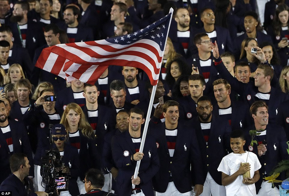 Phelps, de 22 vezes medalhista olímpico ganhar nadador, acenou a bandeira durante o acolhimento dos atletas