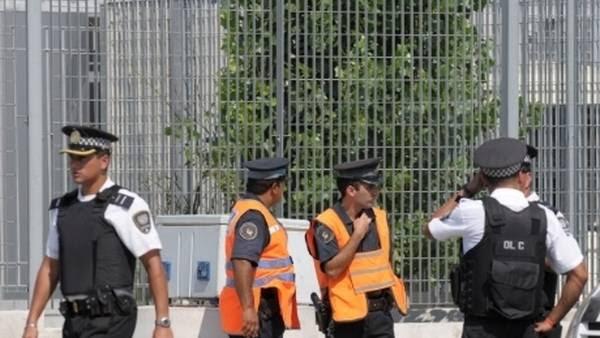 Federales y metropolitanos, en una esquina porteña. FOTO: ANDRES D'ELIA