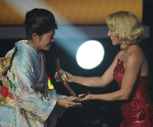 Shakira handing the FIFA Women's World Best Player of 2011-2012 award to Homare Sawa, from Japan