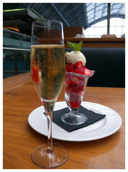 champagne and strawberries© by Haalo