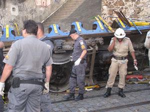 Bonde descarrilou e tombou em Santa teresa (Foto: Alba Valéria Mendonça/G1)