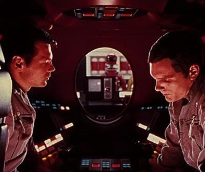 Bowman y Poole intentan conversar sin saber que «HAL» está al tanto de todo lo que dicen