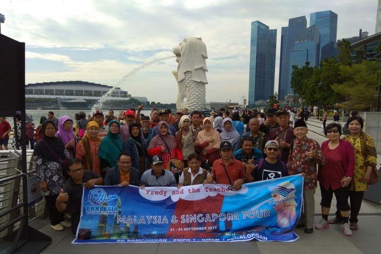 Para guru diberangkatkan liburan ke Singapura oleh murid mereka, Fredy Chandra.