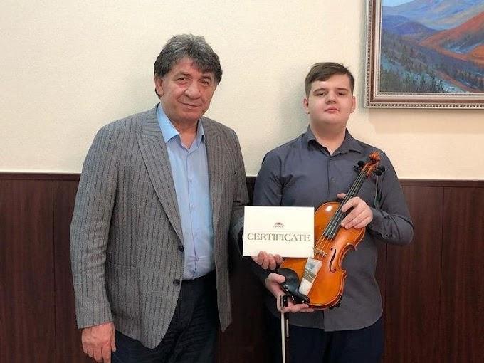 Министр культуры Ингушетии подарил Альберту Шадыжеву скрипку элитного бренда Josef Holpuch №13