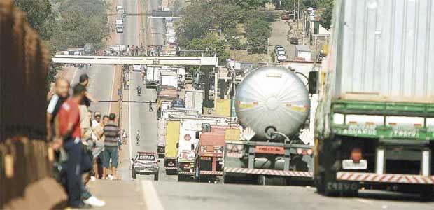 Na rodovia Fernão Dias, nos dois sentidos, em alguns momentos do dia a soma dos engarrafamentos passou de 40 quilômetros. Cargas foram perdidas (Edésio Ferreira/EM/D.A Press)