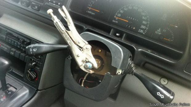 Motorista é preso dirigindo drogado carro sem volante e com pneus furados (Foto: South Australia Police)