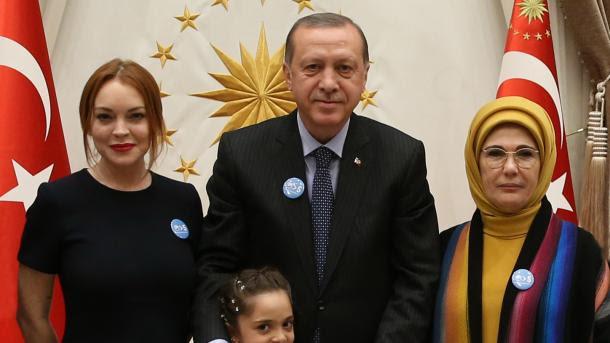 """Lindsay Lohan Erdoganu poklonila bedž s natpisom """"Svijet je veći od pet"""""""