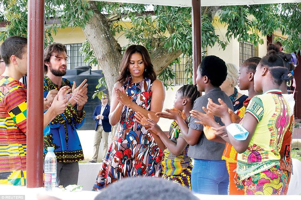 Michelle Obama lava as mãos com os estudantes no centro meninas do RS Caulfield School, em margibi, Libéria, na segunda-feira