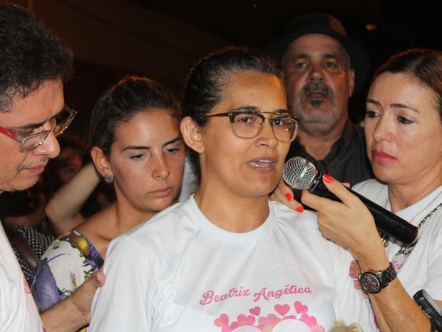Mãe de Beatriz, Lúcia Mota, faz pronunciamentio durante ato em Petrolina, PE (Foto: Juliane Peixinho / G1)