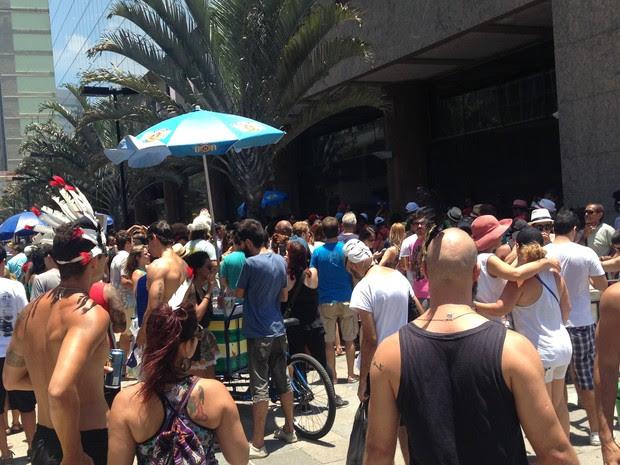 Foliões curtem bloco na Praça XV (Foto: Fernanda Rouvenat/G1)