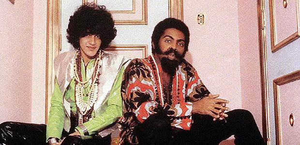 ORG XMIT: 594501_0.tif Fotografia de Gilberto Gil (à dir.) e Caetano Veloso no período de eclosão do tropicalismo no Brasil (1967-68).
