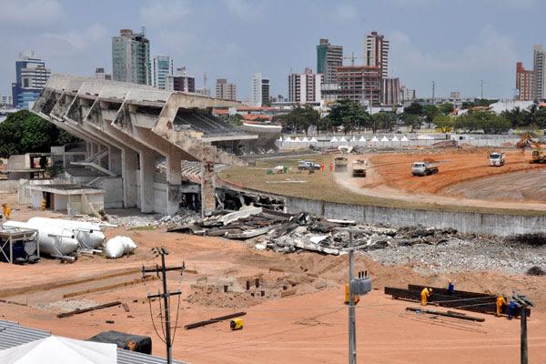 A terraplanagem do estádio Arena das Dunas está sendo realizada com material e entulho retirados do próprio canteiro da obras