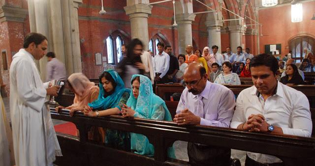 Pakistaníes, en la misa del domingo en la iglesia de la Resurrección en Lahore. | M. B.