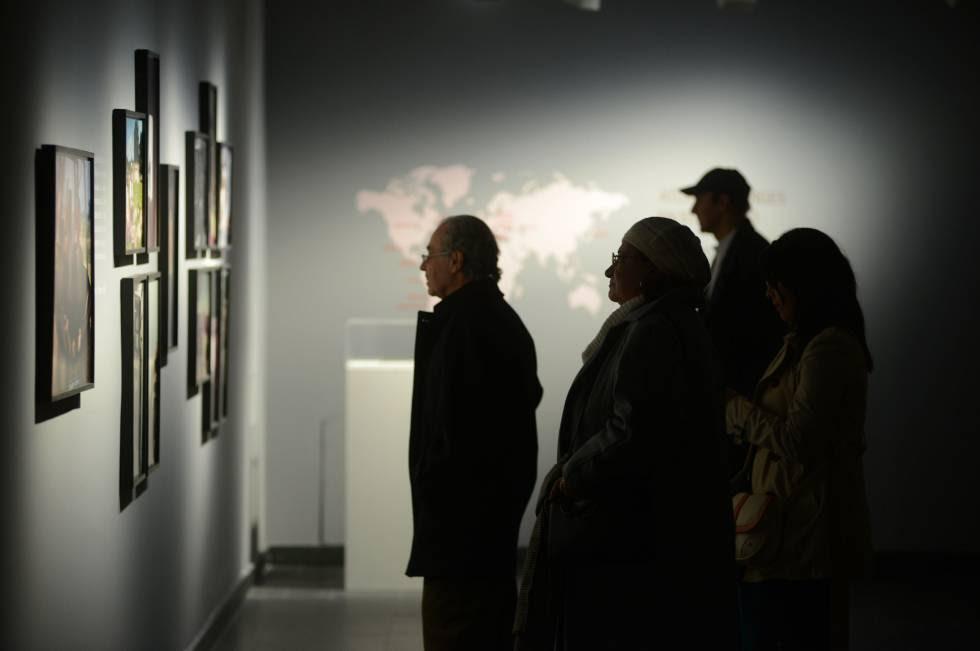 Los visitantes observan fotografías de los viajes de Borges y Kodama.