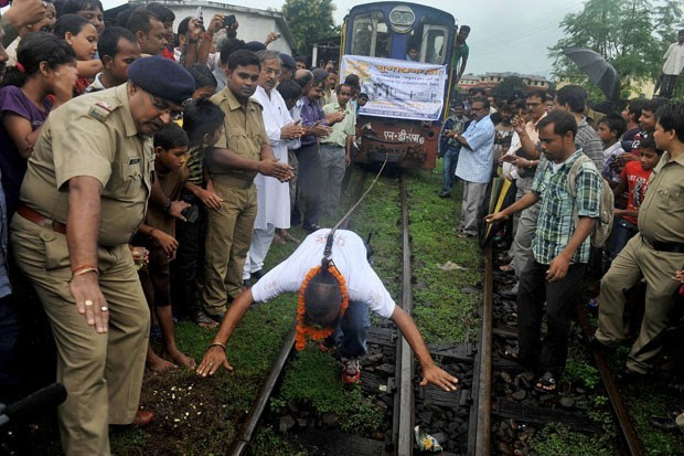 Em 2012, o indiano Sailendra Nath Roy puxou um trem de 42 toneladas por 2,5 metros com um cabo preso a seu rabo de cabelo durante exibição em Siliguri, na Índia (Foto: Diptendu Dutta/AFP)