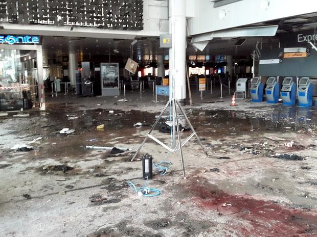 O terminal do aeroporto de Zaventem em Bruxelas, na Bélgica, é visto após explosões em fotos não datadas disponibilizada nesta terça (29) pelo jornal belga Het Nieuwsblad. Os atentatos de 22/03 no aeroporto e metrô deixaram 32 mortos e mais de 300 feridos (Foto: Divulgação/Reuters)